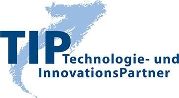 Logo TIP, Text TIP mit blauem Pfeil aufwärts