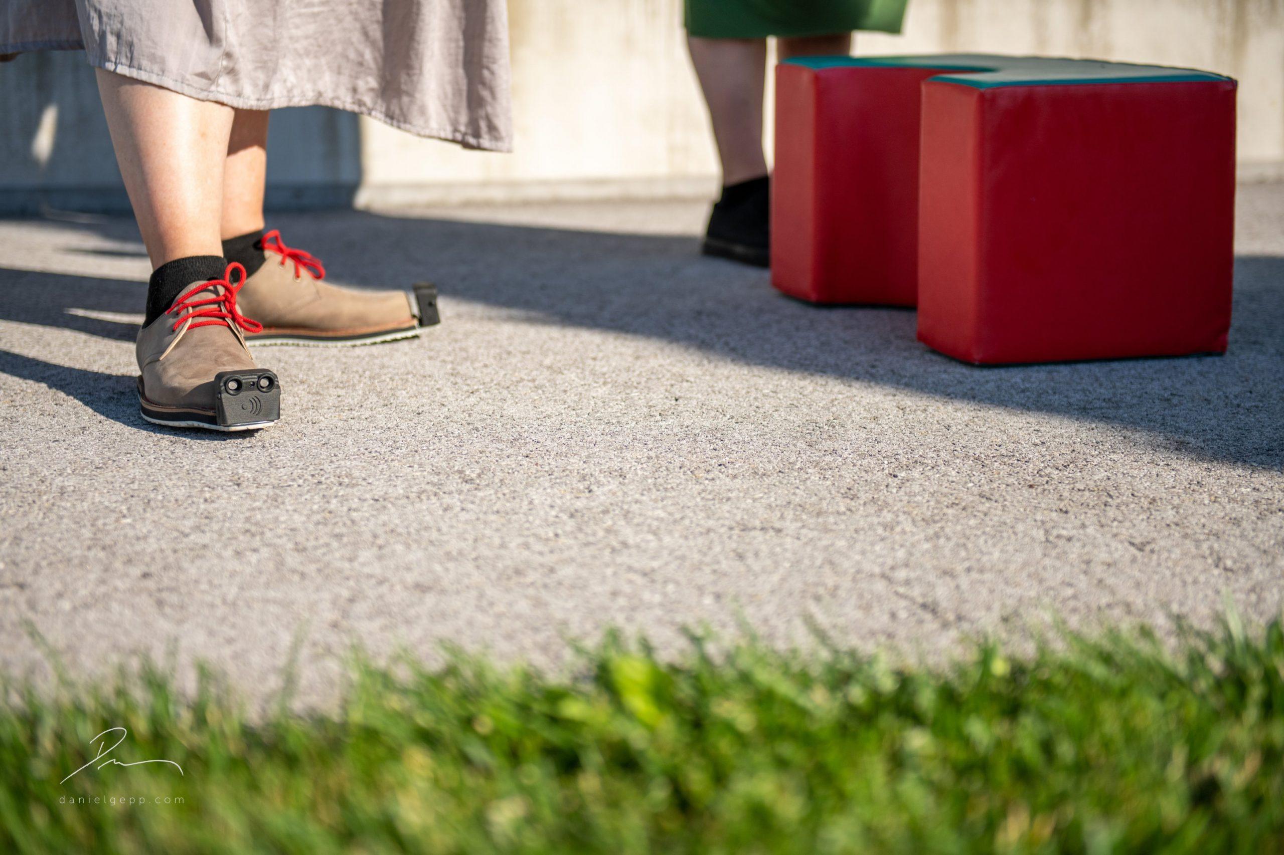 Kundin beim Testen des InnoMake (braune Schuhe, schwarzes Aufsatzteil) auf unserem Hindernisparcour